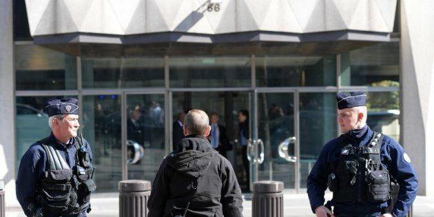Des policiers devant le siège du FMI, avenue de l'Iéna à
