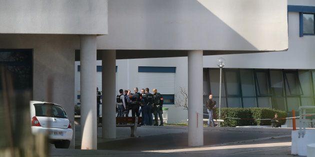 Des policiers à l'intérieur du lycée Alexis de Tocqueville à Grasse le 16 mars