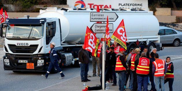 Des chauffeurs routiers bloquent la raffinerie Total de La Mède, près de Fos-sur-Mer, le 25