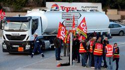 Des routes et dépôts de carburant bloqués par les routiers en grève, mobilisés contre la loi