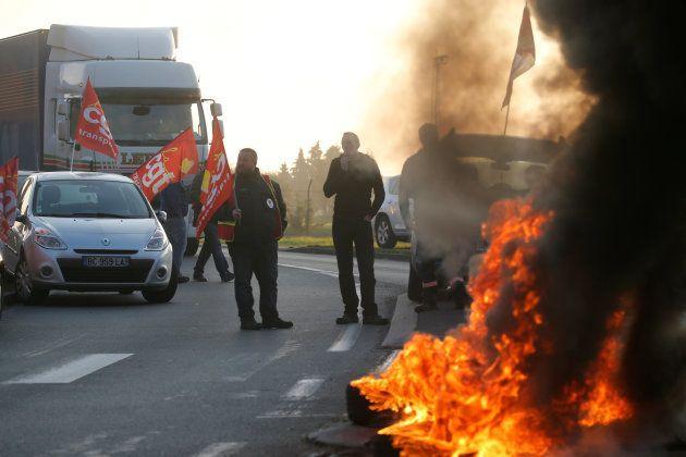 Des chauffeurs routiers bloquent la route de Douchy-les-Mines, près du dépôt de carburant de Haulchin...