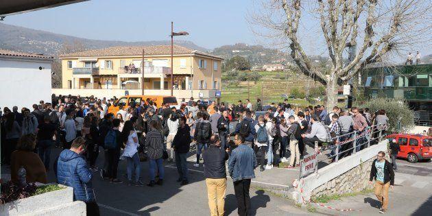 Parents et élèves près du lycée Alexis de Tocqueville à Grasse le 16 mars