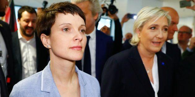 La dirigeante du parti populiste allemand AfD Frauke Petry et Marine Le Pen lors de leur alliance au...