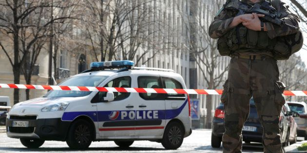 Un policier devant le siège français du FMI à Paris le 16 mars