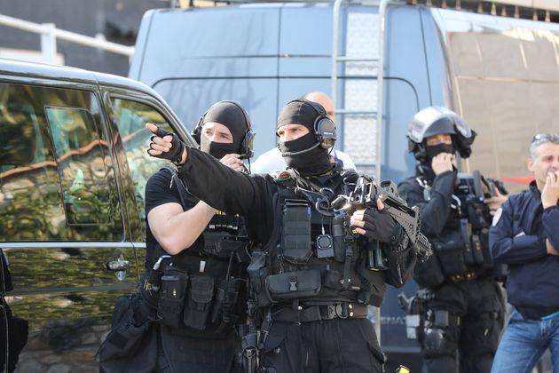 Les policiers du RAID près du lycée Tocqueville de Grasse, le 16