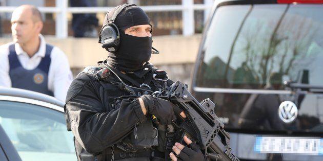 Un policier du RAID près du lycée Tocqueville de Grasse, le 16 mars