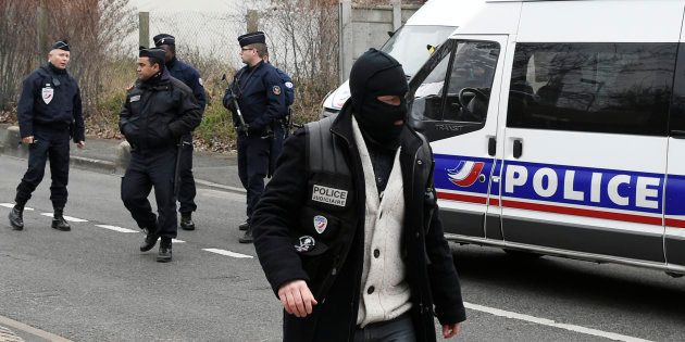 Des policiers présents pour la reconstitution du meurtre d'Aurélie Châtelain, le 20 mars 2016 à