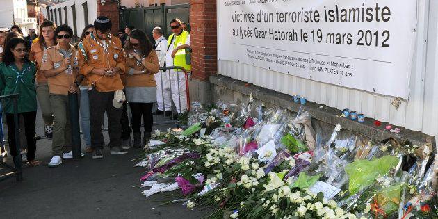 Des fleurs sont déposées devant les portraits des victimes juives de Mohamed Merah, devant l'école Ozar...