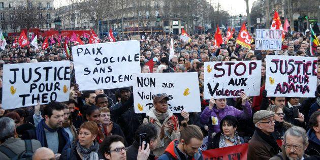 Des manifestant s'opposent aux violences policières quelques jours après l'affaire Théo, le 18 février