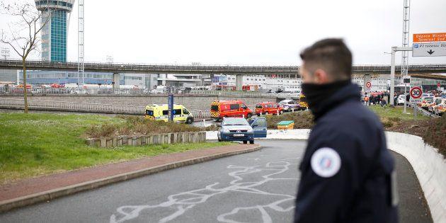 Des policiers sécurisent les alentours de l'aéroport d'Orly le 18 mars, après qu'un homme a été abattu...