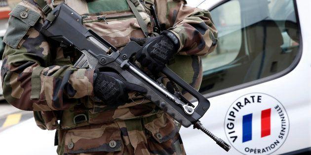 Un légionnaire déployé dans le cadre de l'opération Sentinelle à Paris en janvier