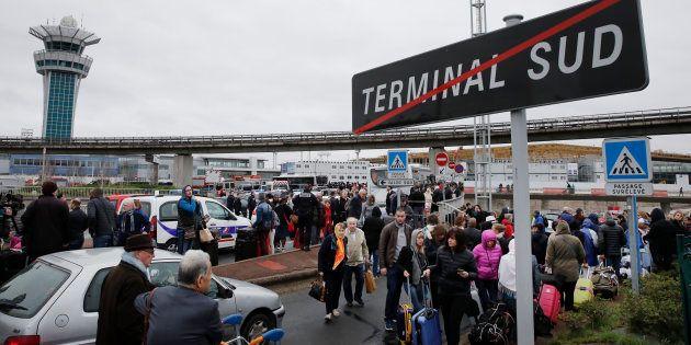 Les passagers de l'aéroport d'Orly après qu'une attaque et des tirs aient eu lieu le 18 mars