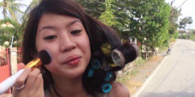 Cette jeune femme fait ses tutos beauté dans lieu bien