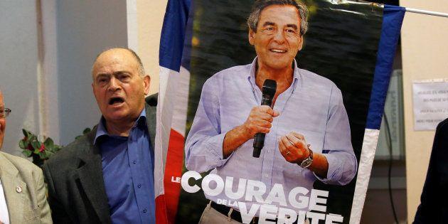 Un soutien de Francois Fillon, brandissant l'affiche de campagne lors du meeting du candidat à Pertuis...