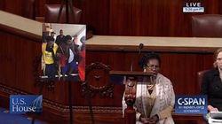 Une élue s'agenouille au Congrès pour protester contre le