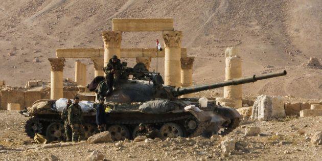 Un tank T-62 de l'armée syrienne aux pieds de la cité archéologique de Palmyre vandalisée. La ville a été libérée de l'Etat islamique par les Russes et les Syriens le 2 mars.