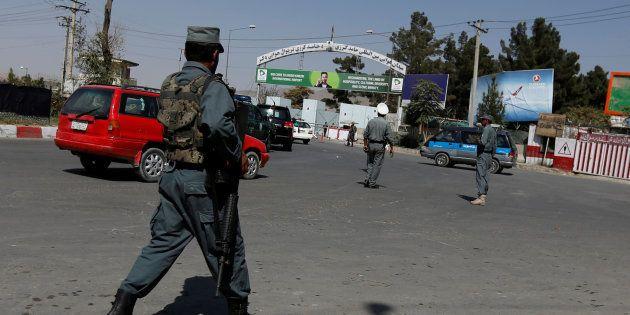 Des gardes interviennent à l'aéroport de Kaboul, après l'explosion de 6