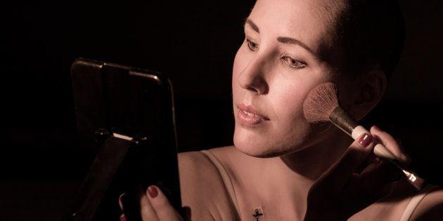 Morgane Bauvais a été photographiée par Ilan Dehé et porte de la lingerie Coeur de Lys adaptée aux femmes atteintes du cancer du sein. Cette photo a fait partie de