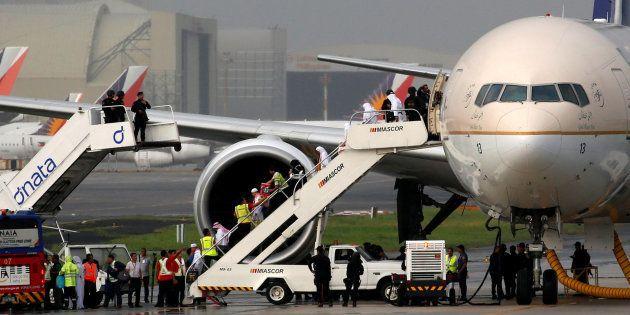 Des passagers débarquent d'un avion de la compagnie Saudi Arabia Airlines, aux Philippines (photo