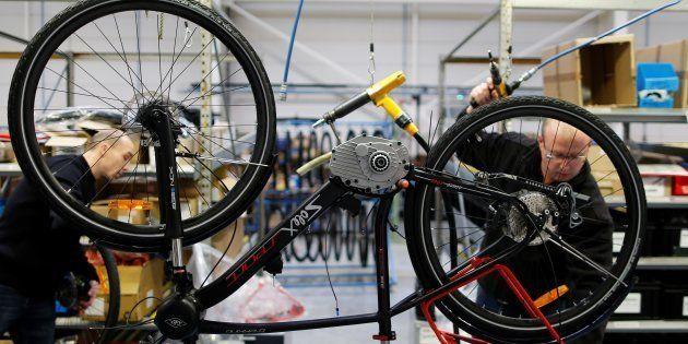 Darmanin annonce la fin de la prime d'achat d'un vélo électrique (au grand dam des