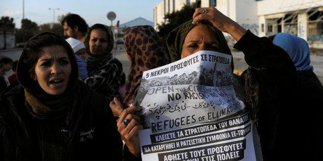 Des migrants protestent contre les conditions de vie dans un camp de réfugiés en Grèce, à proximité de...