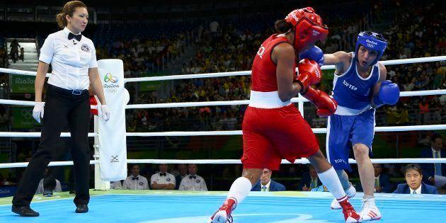 La boxeuse Sarah Ourahmoune affronte la colombienne Ingrid Valencia aux Jeux Olympiques de Rio, le 18...