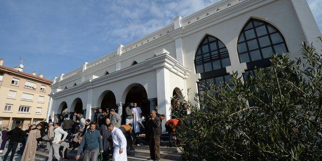Des fidèles quittent la mosquée de Fréjus, le 22 janvier