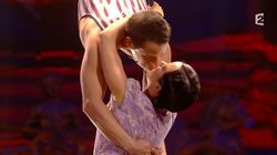 Le baiser acrobatique d'Alizée à Grégoire Lyonnet au