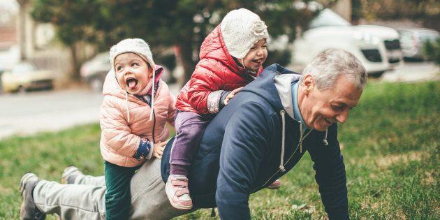 Entre grands-parents et parents, l'éducation donnée aux petits-enfants peut différer et ce n'est pas grave du tout.