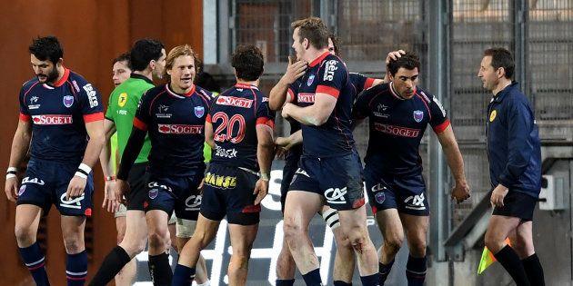 Des joueurs du FC Grenoble lors d'un match face au Racing 92 au Stade des Alpes, le 4