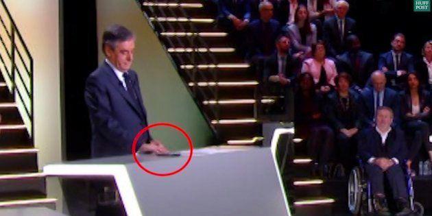 Après revisionnage, François Fillon a effectivement consulté son téléphone pendant le premier débat de...