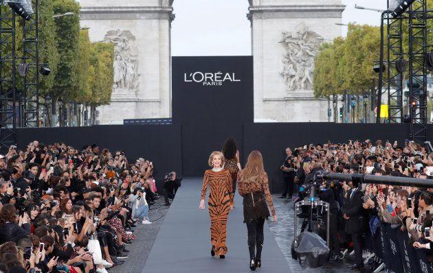 Jane Fonda, reine du défilé L'Oréal sur les Champs-Élysées pour la Fashion