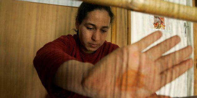 Une femme, victime de la maltraitance de son mari, apprend à tisser dans un centre pour femmes en détresse...
