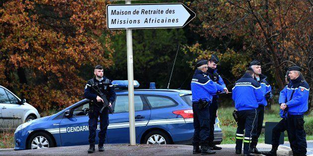 Des gendarmes près de la maison de retraite pour moines de Montferrier-sur-Lez, le 25 novembre