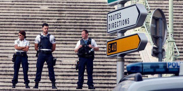 Des policiers sécurisent les alentours de la gare Saint-Charles à Marseille, le 1er