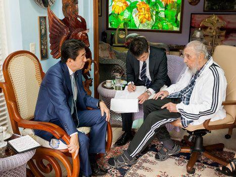Fidel Castro et le Premier ministre japonais Shinzo Abe à La Havane le 22 septembre