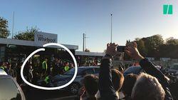Parqués derrière des barrières, les journalistes n'ont pu voir Macron qu'à travers un