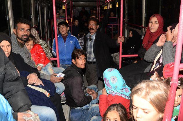 Des familles syriennes des quartiers Est d'Alep sont évacuées en bus vers le quartier kurde de Cheikh...
