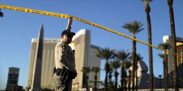 Un policier à Las Vegas, près du lieu de la tuerie, le 3