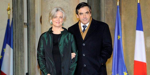 L'ancien Premier ministre François Fillon pose avec sa femme, Pénélope Fillon, devant l'Elysée en 2011,...