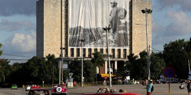 Une photo de Fidel Castro est affichée devant la Bibliothèque nationale José Martí, place de la Révolution...