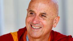 Le moine bouddhiste Matthieu Ricard signe une bûche