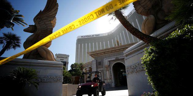 Un membre du FBI devant le Mandala Bay à Las Vegas le 4 octobre
