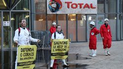 Pourquoi Greenpeace a déversé 3000 litres de mélasse devant Total à La