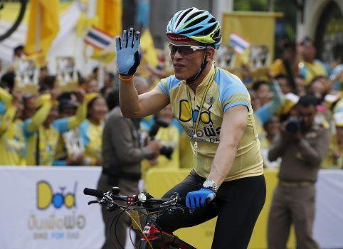 Maha Vajiralongkorn salue la foule lors d'une course cycliste à Bangkok, le 11 décembre