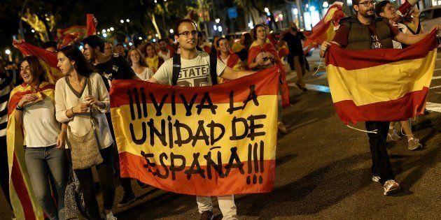 Le 4 octobre à Barcelone, des manifestants défilent en faveur de l'unité du pays, après la tenue du référendum...
