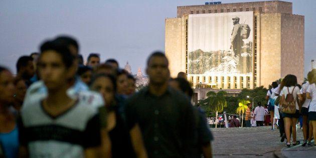 Une photographie de Fidel Castro est affichée sur la Bibliothèque nationale José Martí, place de la Révolution...