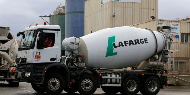 Des camions du cimentier Lafarge à Paris (Image