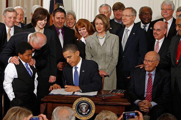 Barack Obama promulgue l'Affordable Health Care for America, le 23 mars 2010. Ce texte historique a été...