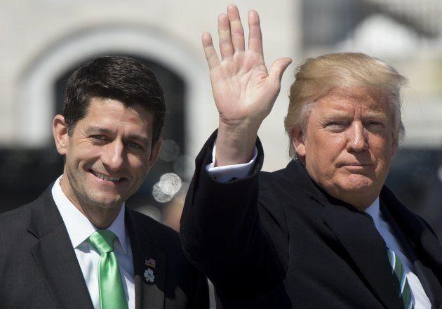 Donald Trump salue la foule en compagnie du président de la Chambre des représentants, Paul Ryan, au...